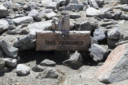 Sign marking a hiking trail as abandoned